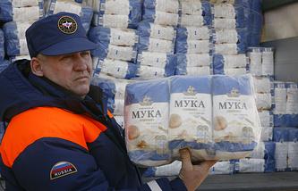 Сотрудник МЧС демонстрирует груз одного из грузовиков гуманитарного конвоя для жителей юго-востока Украины