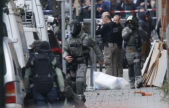 Сотрудники полиции на улице Моленбек в Брюсселе, где был задержан  предполагаемый участник террористических атак, совершенных  в Париже