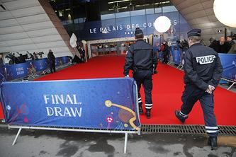 Сотрудники полиции перед началом жеребьевки Евро-2016