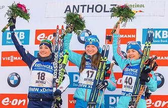 Доротея Вирер, занявшая второе место, Ольга Подчуфарова, занявшая первое место, и Екатерина Юрлова, занявшая третье место в женском спринте на 7,5 км, во время церемонии награждения на VI этапе Кубка мира по биатлону