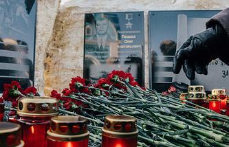 Мемориальная доска в память о погибшем в Сирии командире бомбардировщика Су-24 Олеге Пешкове, установленная на памятнике воинской славы возле села Возжаевка