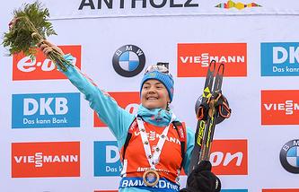 Российская спортсменка Екатерина Юрлова, занявшая 1-е место в гонке преследования среди женщин на VI этапе Кубка мира по биатлону, на церемонии награждения