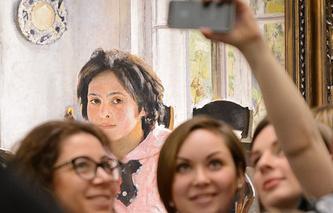 """Посетители выставки у картины """"Девочка с персиками"""""""