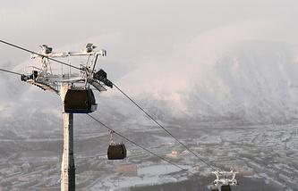 Комбинированная гондольно-кресельная дорога на горнолыжном комплексе в Мурманской области