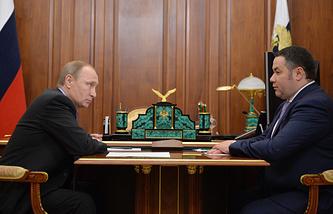 Президент России Владимир Путин и глава департамента агропромышленного комплекса правительства РФ Игорь Руденя во время встречи в Кремле.