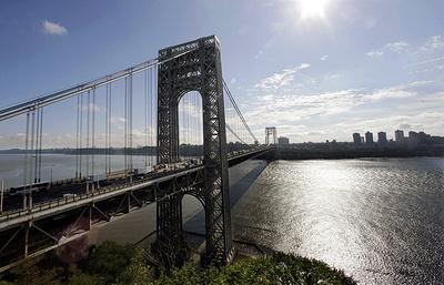 """Активисты """"Центра рабочих прачечных"""" устроили акцию протеста на мосту в Нью-Йорке"""