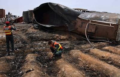 СМИ: число жертв возгорания цистерны с топливом в Пакистане превысило 150 человек