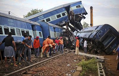 СМИ: машинист сошедшего с рельсов поезда в Индии не знал о ремонте на путях