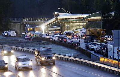 Более 100 человек попали в больницы после аварии поезда на западе США