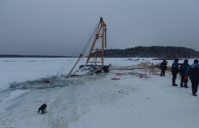 На Лене ушел под лед бульдозер при попытке достать из реки два большегруза