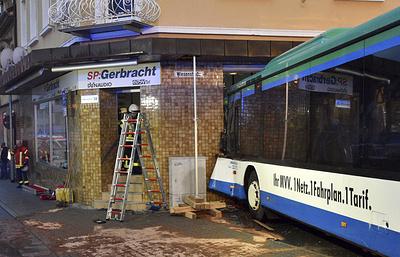 В Германии школьный автобус врезался в здание, пострадали 47 человек