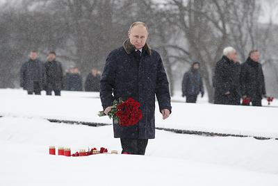 Путин возложил цветы на Пискаревском кладбище в память о жертвах блокады Ленинграда