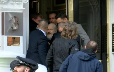 Опубликовано видео задержания Джулиана Ассанжа