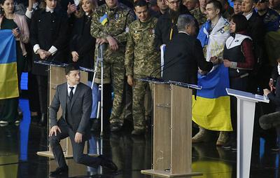 Зеленский встал на колени перед публикой, а Порошенко - на одно колено перед флагом