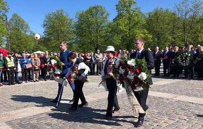 В Риге возложили цветы к памятнику воинам-освободителям