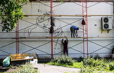 Индийские художники создают граффити с изображением амурского тигра в центре Владивостока