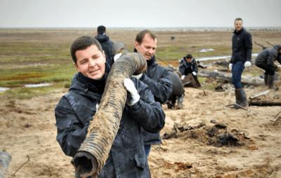 Дмитрий Артюхов принял участие в экологической уборке на острове Вилькицкого