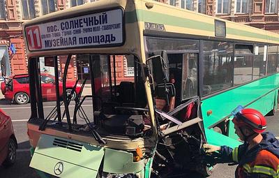 Восемь человек обратились за медпомощью после столкновения автобуса и такси в Саратове