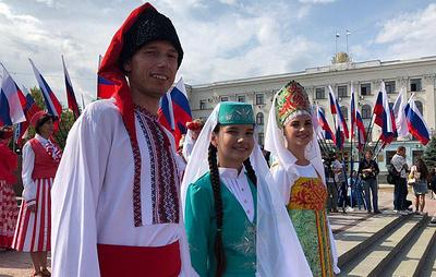 Крым отметил День флага танцевальным флешмобом и автопробегом