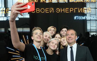 Медведев рассказал школьникам, как проходили уроки труда, когда не было гаджетов