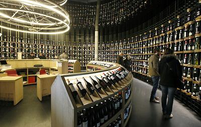 Мэры французских городов подарят Трампу вино, чтобы он не вводил пошлины в этой отрасли