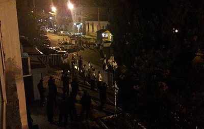 Сторонники кандидатов в президенты Абхазии собираются у здания ЦИК в ожидании результатов