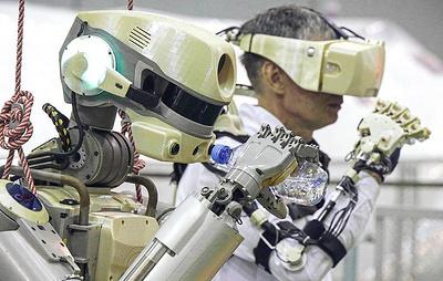 """На борту МКС провели первые испытания экзоскелета робота """"Федора"""""""