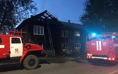 Пять человек пострадали при пожаре в деревянном доме в Свердловской области
