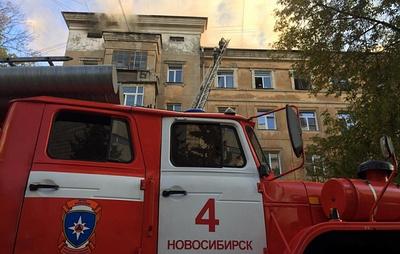 В Новосибирске горит кровля жилой пятиэтажки на площади 400 кв. м