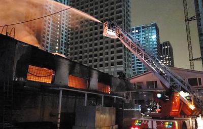Площадь пожара в складских помещениях в Москве увеличилась до 1500 кв. м