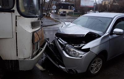 В центре Томска столкнулись внедорожник и автобус