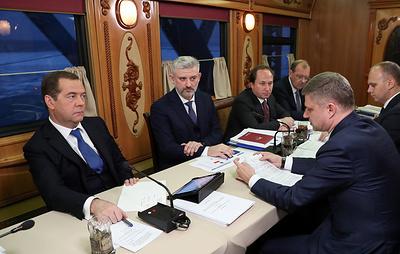 Медведев обсудил инвестпрограмму РЖД во время поездки на поезде по Сибири