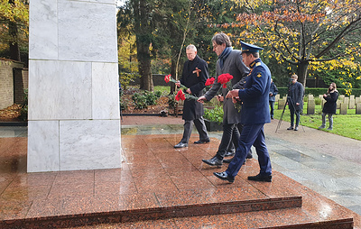 """В Нидерландах на воинском захоронении собрали горсть земли для акции """"Дорога памяти"""""""
