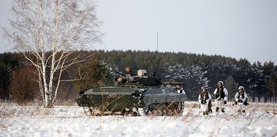 За боевой машиной — на лыжах. В Юрге военных учат быстрее передвигаться по сугробам