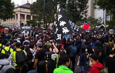 Полиция в Гонконге применила слезоточивый газ для разгона демонстрантов