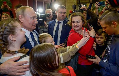 """Путин пообщался с детьми в парке """"Остров мечты"""""""