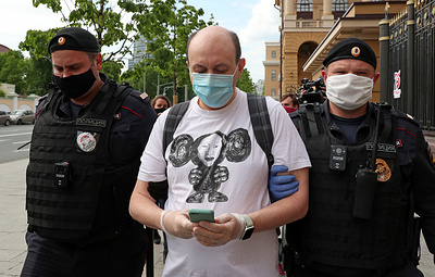"""Источник: главред """"Медиазоны"""" и журналистка """"Эха Москвы"""" задержаны за пикет в Москве"""