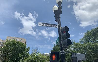 Протестующие приветствуют переименование части улицы в честь движения Black Lives Matter