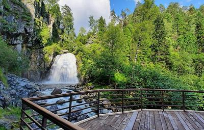 У водопада на Телецком озере на Алтае реконструировали обзорную площадку