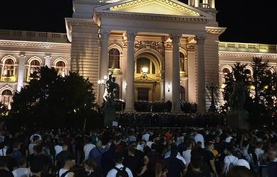 Протестующие у парламента в Белграде забрасывают здание петардами