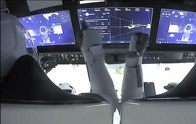 Корабль Crew Dragon с экипажем начал сближение с МКС