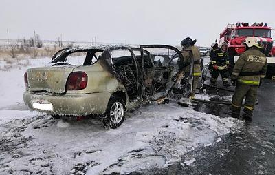 Два автомобиля столкнулись и загорелись на трассе в Оренбуржье