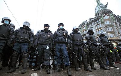 Неизвестный ударил полицейского во время несанкционированной акции в центре Петербурга