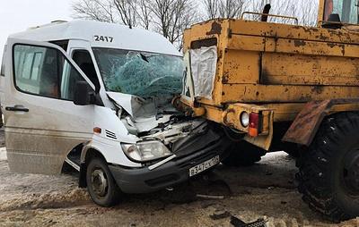 Пять человек пострадали в столкновении маршрутки с автогрейдером под Волгоградом