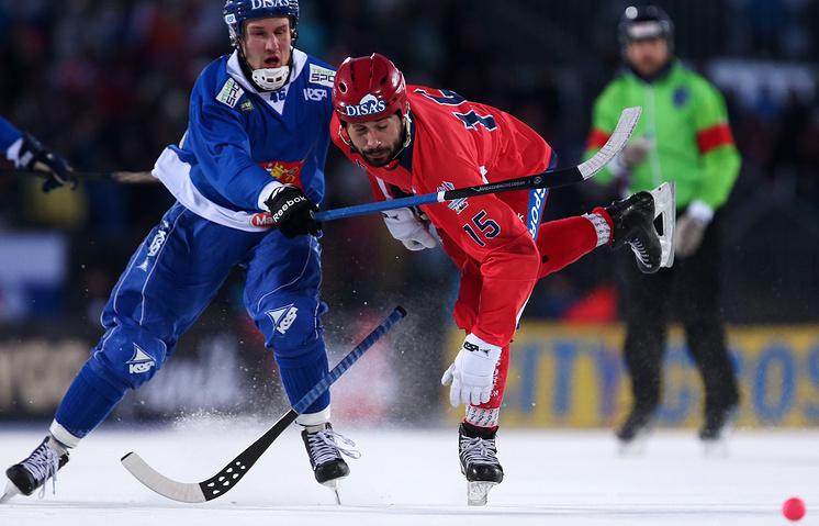 Эпизод из финального матча чемпионата мира по хоккею с мячом между сборными России и Финляндии