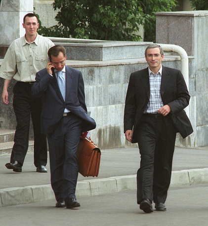 July 4, 2003. Mikhail Khodorkovsky (R) leaves the building of Prosecutor General, where he testified in the case of embezzlement of a 20% stake in state-owned company Apatite worth over $283 million in 1994