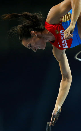 Yelena Isinbayeva wins championship title in the pole jump at home at Luzhniki stadium