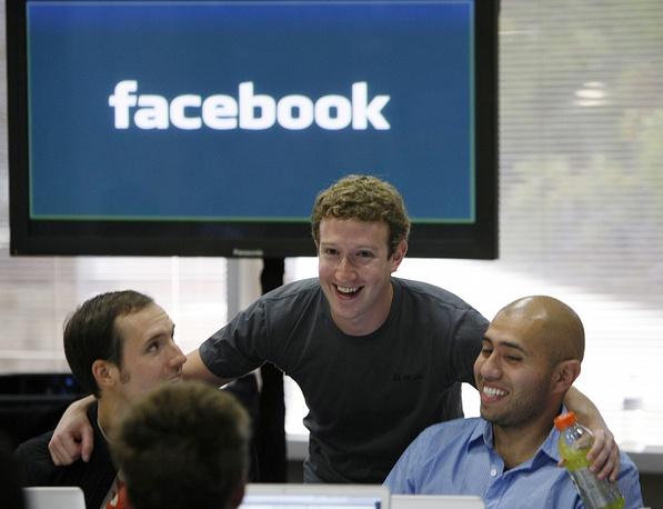 In 2004 Facebook moved its headquarters to Palo Alto, California. Photo: Mark Zuckerberg (center) at the headquarters