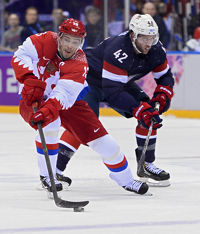 David Backes (R) of the USA and Pavel Datsyuk (L) of Russia