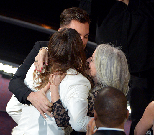 Brother Shannon Leto (center) and mother Constance Leto (right) congratulate Jared Leto on winning the award for Best Performance by an Actor in a Supporting Role
